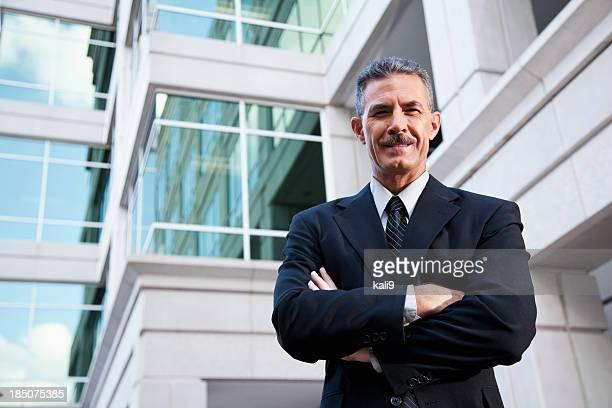 Geschäftsmann, stehen außen Bürogebäude