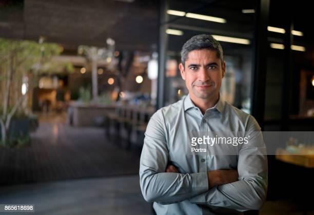 empresário em pé com os braços cruzados no escritório - camisa - fotografias e filmes do acervo