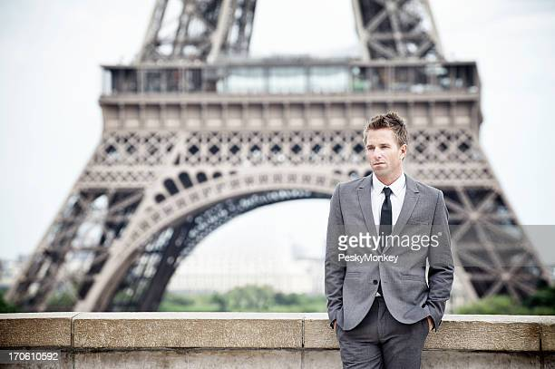 Geschäftsmann steht allein vor Eiffelturm, Paris
