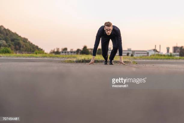 businessman starting race on road - position stock-fotos und bilder