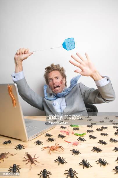 Geschäftsmann am Schreibtisch Computer Insekten Würfe
