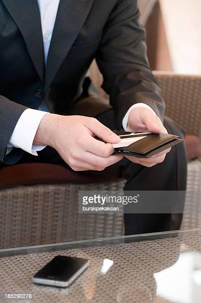 Homme d'affaires prend son carte de crédit dans le sac à main