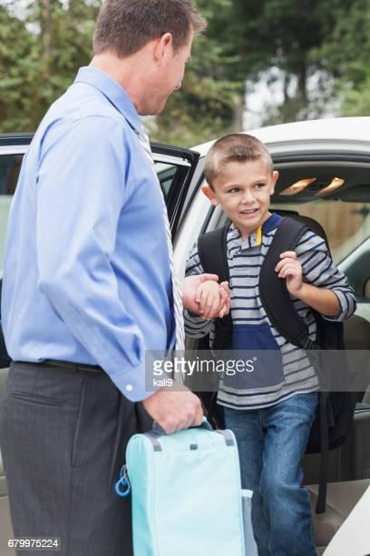 Geschäftsmann nehmen jungen zur Schule