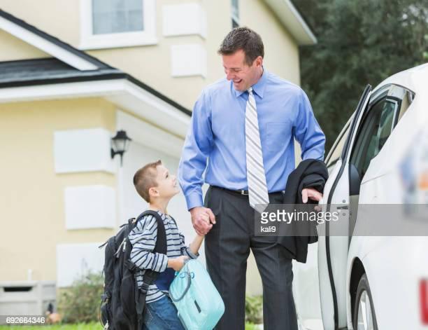 zakenman de jongen nemen naar school, wandelen naar auto - holding hands in car stockfoto's en -beelden
