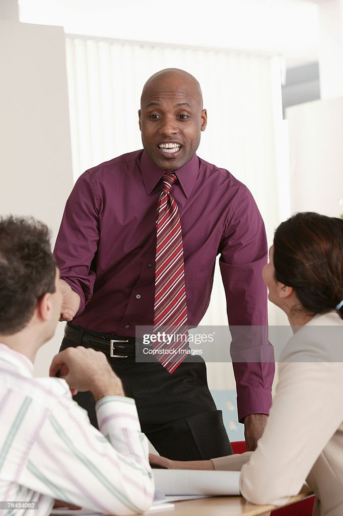 Businessman talking amongst colleagues : Stockfoto