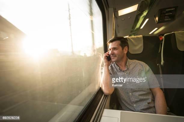 Geschäftsmann, sprechen am Handy während der Fahrt mit dem Zug