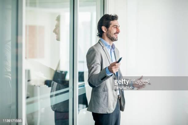 zakenman praten in een vergadering - alleen één man stockfoto's en -beelden
