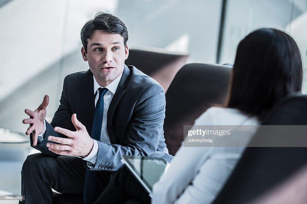 Empresário falando na reunião : Foto de stock