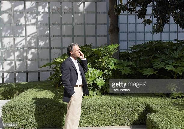 Geschäftsmann sprechen auf Handy im Freien