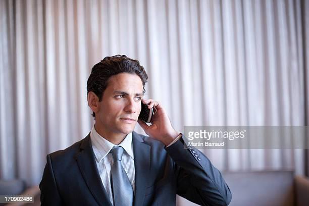 Geschäftsmann sprechen auf Handy