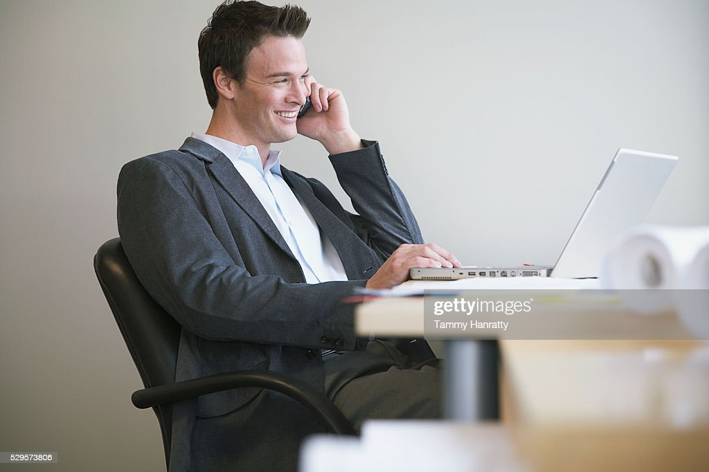 Businessman talking on cell phone : Stock-Foto