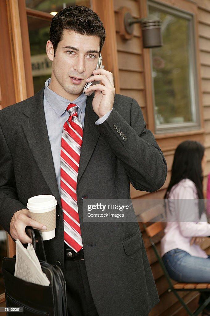 Businessman talking on cell phone : Stockfoto