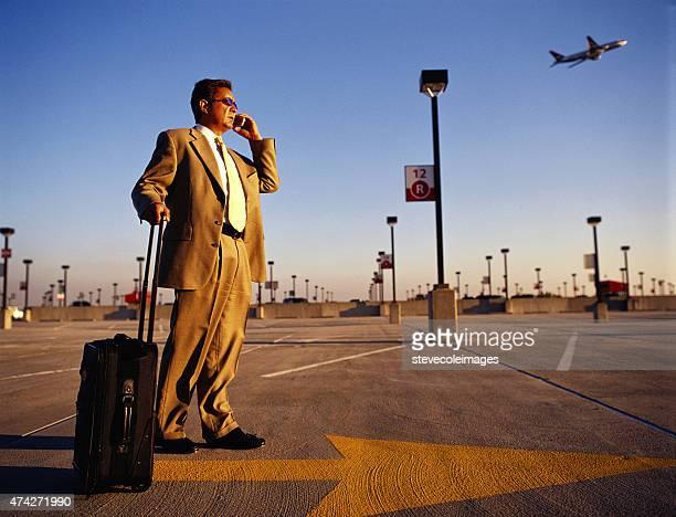 Geschäftsmann sprechen auf Handy am Flughafen wartet.