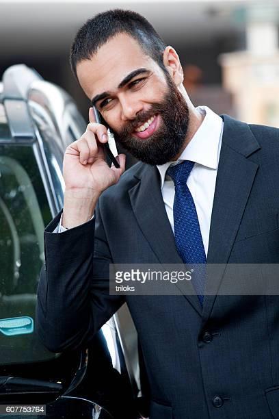 Geschäftsmann sprechen auf smartphone
