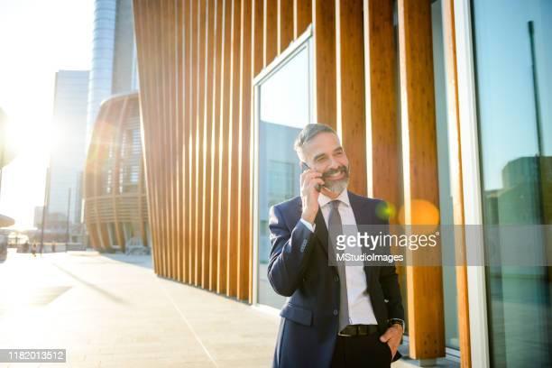 businessman talking on the phone - mani in tasca foto e immagini stock