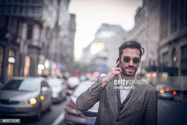 路上で話しているビジネスマン