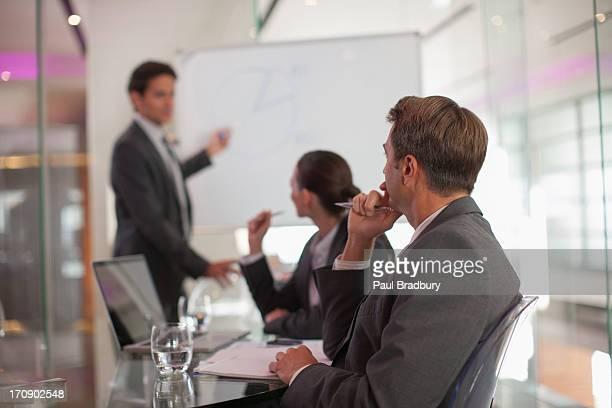 empresário falando com os colegas em sala de conferências - persuasão - fotografias e filmes do acervo