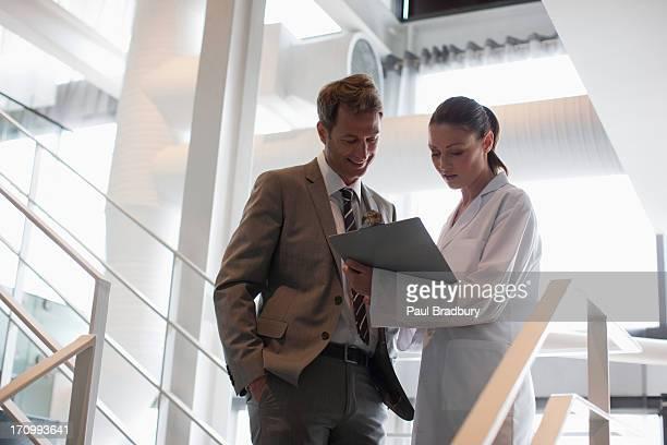 Geschäftsmann sprechen auf Büro-Treppe, Wissenschaftler