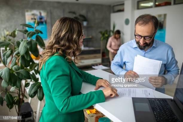 銀行のファイナンシャルアドバイザーと話すビジネスマン - 銀行 ストックフォトと画像