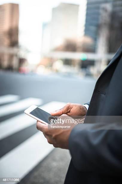 Geschäftsmann SMS auf das Telefon auf der Straße