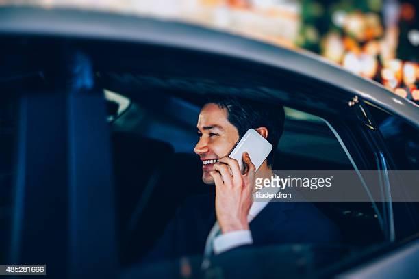 ビジネスマンは、メールの車