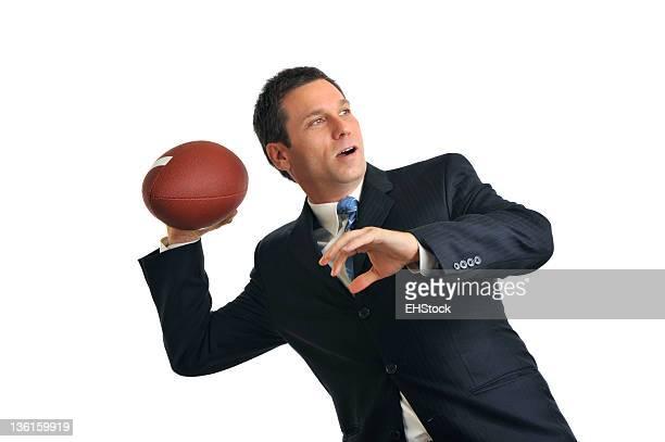 Geschäftsmann werfen American-Football, isoliert auf weißem Hintergrund