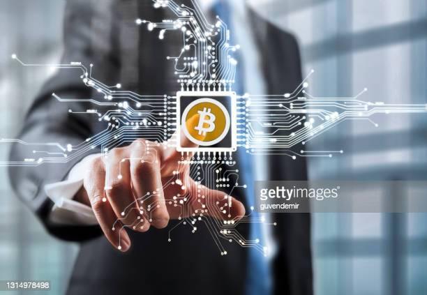 仮想画面で仮想通貨回路に触れるビジネスマン - ブロックチェーン ストックフォトと画像