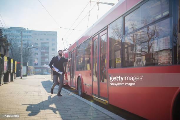 empresário, tentando pegar o ônibus - pegar - fotografias e filmes do acervo