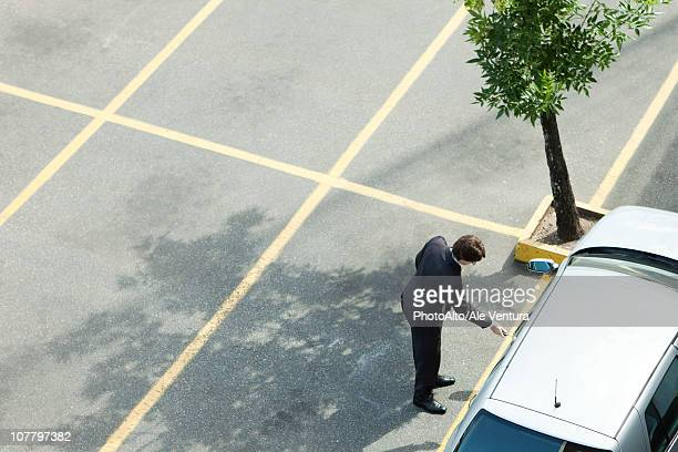 businessman unlocking car door - entrando - fotografias e filmes do acervo