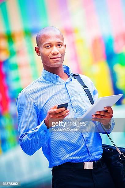 Homme d'affaires urbaines portrait avec téléphone et tablette vertical