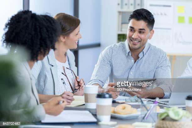 Empresário usa tablet digital durante reunião