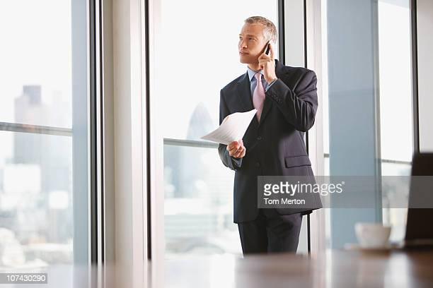 empresário usando telefone celular em sala de conferências - só um homem - fotografias e filmes do acervo