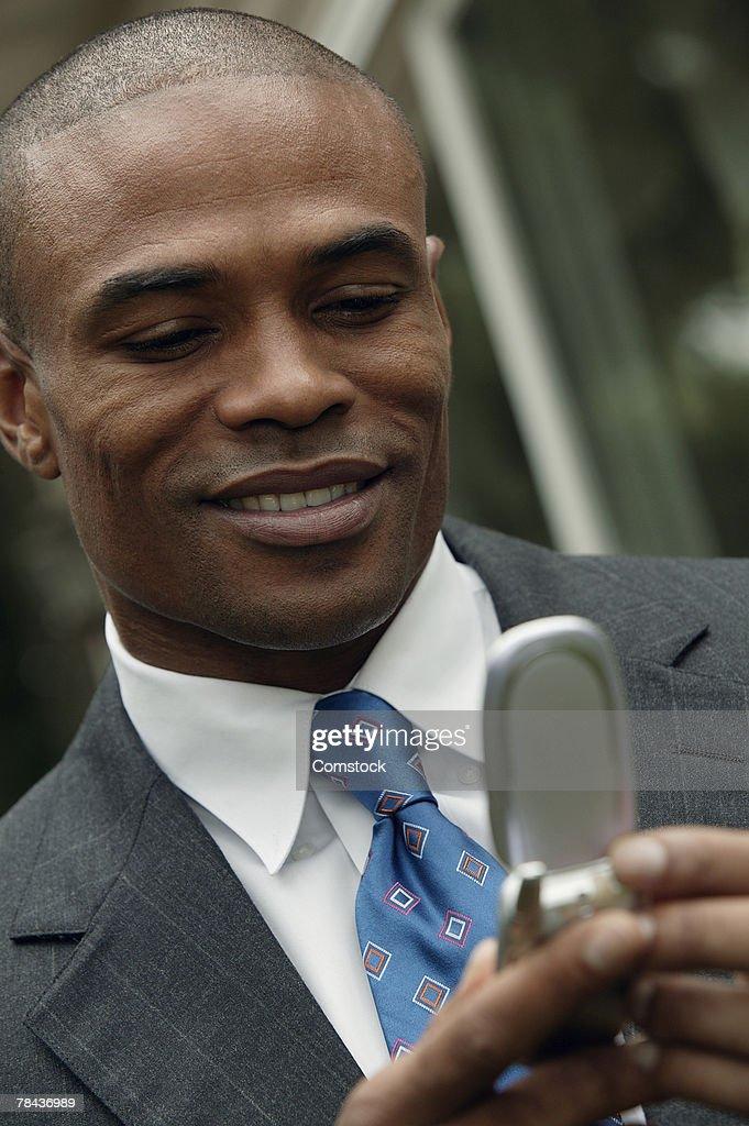 Businessman using cell phone : Stockfoto