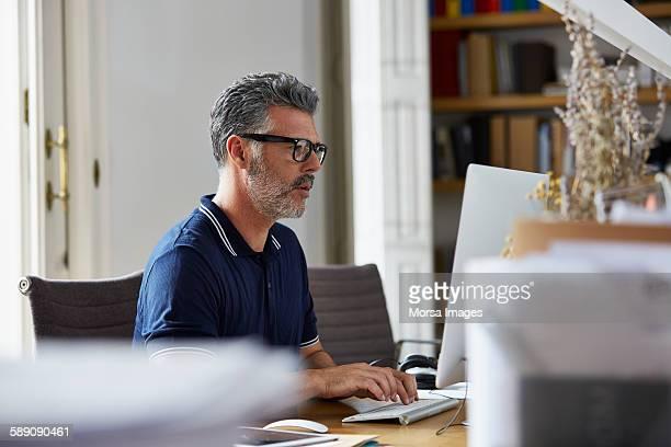 businessman using computer in office - computador desktop - fotografias e filmes do acervo