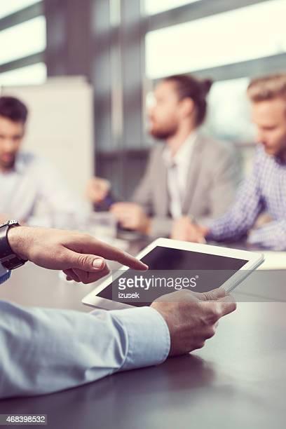 Homme d'affaires à l'aide de tablette numérique, gros plan sur les appareils à écran tactile