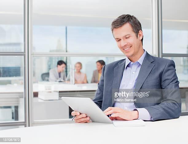 デジタルタブレットを使用して実業家のオフィス