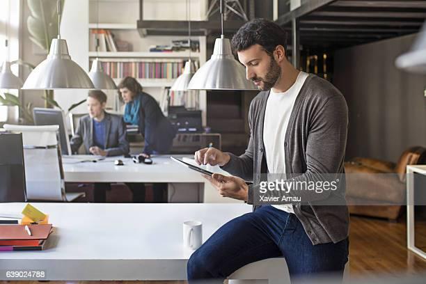 Hombre de negocios usando tableta digital en oficina