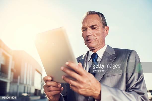 実業家デジタルタブレットを使用してお過ごしください。
