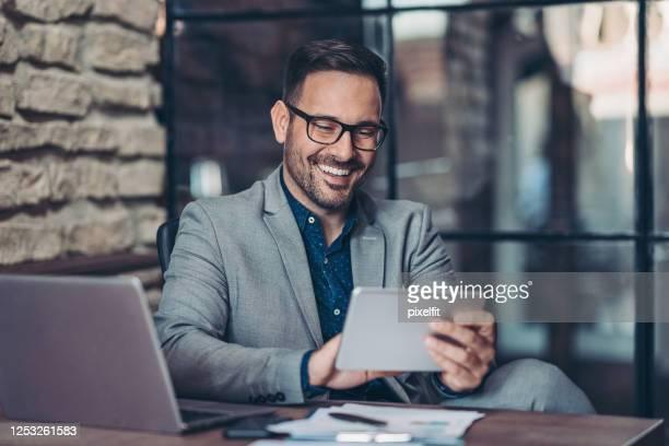 empresario de uso de tablet digital - businessman fotografías e imágenes de stock