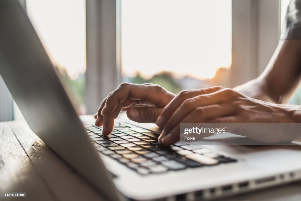 Geschäftsmann mit Laptop-Computer im Büro : Stock-Foto
