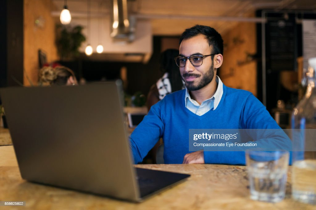 Businessman using laptop in cafe : Stock-Foto