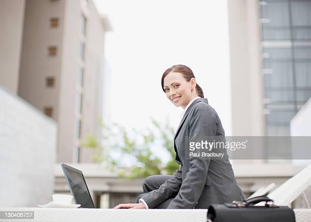 ビジネスマンノートパソコンを使う屋外の - 中庭 ストックフォトと画像