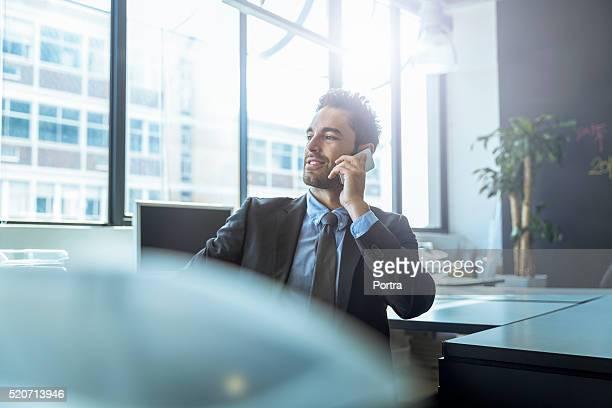 Homme d'affaires à l'aide de téléphone portable à la réception