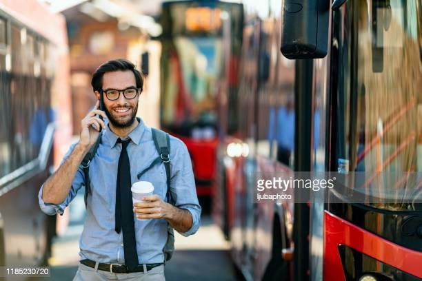 homme d'affaires utilisant le téléphone intelligent et retenant une tasse de café - affaires finance et industrie photos et images de collection