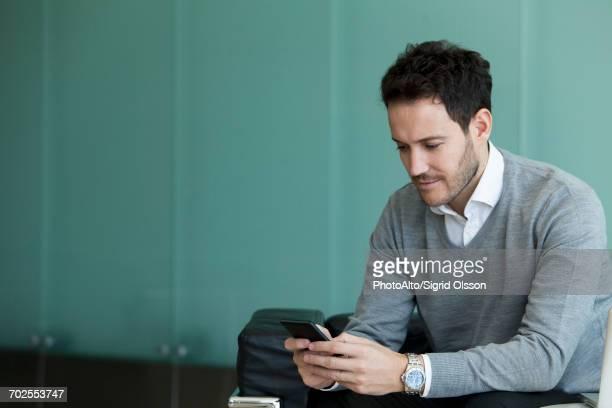 businessman using smartphone - download imagens e fotografias de stock