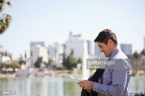実業家のタブレットコンピューターを使用して屋外