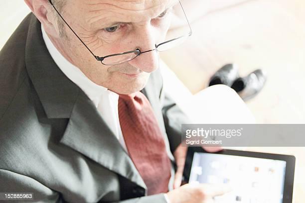 businessman using tablet computer - sigrid gombert 個照片及圖片檔