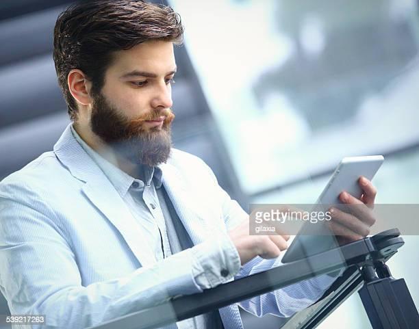 uomo d'affari utilizzando un tablet. - gilaxia foto e immagini stock