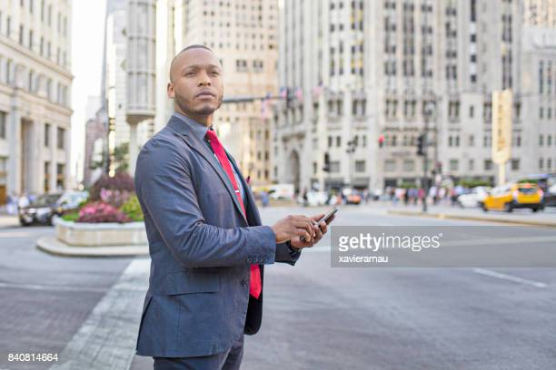 シカゴのダウンタウンでタクシーのアプリを使用しての実業家