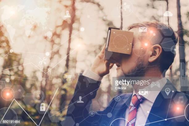 仮想現実のヘッドセットを使用して実業家